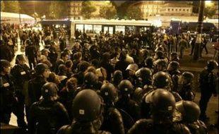 Plusieurs centaines de manifestants anti-Sarkozy se sont retrouvés lundi soir à Paris, place de la Bastille et alentours, pour une manifestation qui a dégénéré en affrontements avec la police, avec de nombreux bris de vitrines et plus d'une centaine d'arrestations.