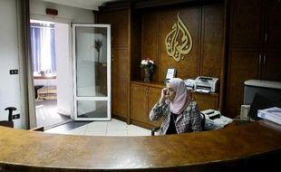 """Les défenseurs des droits de l'Homme s'inquiètent d'un revers """"effrayant"""" pour la liberté de la presse en Egypte, où seront jugés des journalistes d'Al-Jazeera, accusée par les autorités d'avoir pris le parti des Frères musulmans évincés du pouvoir par les militaires."""