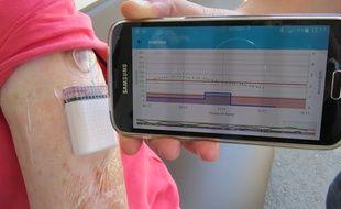 Avec Diabeloop, le smarphone calcule en permanence les doses d'insuline à injecter et transmet les information à la pompe.