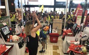Manifestation à l'hypermarché Géant Casino d'Angers, ouvert le dimanche après-midi