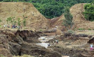 Au Kenya, le barrage Patel a cédé à cause des fortes pluies, mercredi 9 mai, entraînant la mort de 41 personnes.