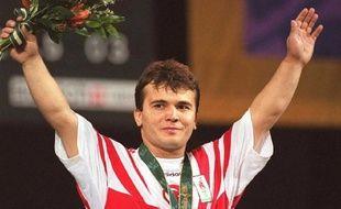 Photo d'archives du 22 juillet 1996 montrant l'haltérophile turc Naim Süleymanoglu sur la plus haute marche du podium olympique à Atlanta, aux Etats-Unis.