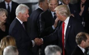 Bill Clinton salue Donald Trump lors de son investiture, le 20 janvier 2017.