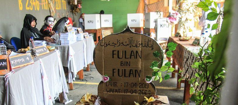 Les fonctionnaires indonésiens se sont déguisés et ont décoré les bureaux de vote pour encourager la population à voter.