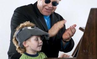 Elton John lors d'un spectacle caritatif donné dans un orphelinat en Ukraine.