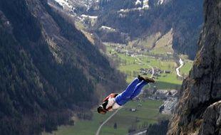 Illustration: Un base-jumper s'élance dans les Alpes.