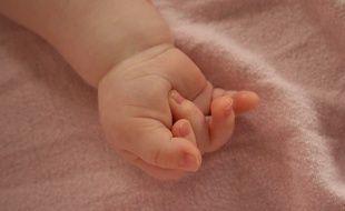 Il n'y aucune obligation d'implanter une micro-puce sur les bébés nés en Europe.
