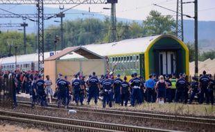 Des policiers déployés autour d'un train censé atteindre la frontière austro-hongroise mais stoppé à Bicske (ouest de Budapest), le 3 septembre 2015