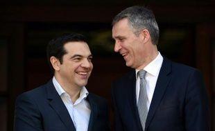 Le Premier ministre grec Alexis Tsipras (g) salue le secrétaire général de l'ONU Jens Stoltenberg, à Athènes le 22 avril 2016