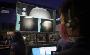 Les équipes de la Nasa regardent les premières photos envoyées par le rover Perseverance le 18 février 2021.