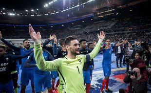 Le capitaine Hugo Lloris et ses coéquipiers fêtent la qualification de l'équipe de France pour la Coupe du monde en Russie, à l'issue de la victoire contre la Biélorussie, le 10 octobre 2017 à Saint-Denis.
