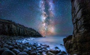 Notre galaxie, la Voie lactée, photographiée depuis la côte de Cornouailles, en Angleterre.