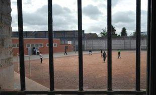 Une cour de prison.
