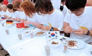 """Sous le """"chapiteau olympique"""" bordant la plage de Leffrinckoucke, assiette, bol, verre et lingette rince-doigts face à eux, les compétiteurs s'assouplissent les doigts pour remporter un titre prestigieux : celui du meilleur décortiqueur de crevettes grises."""
