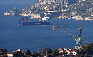 """Le cargo """"Stena Carrier"""" à Marseille."""