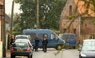 Les enquêteurs de la gendarmerie poursuivent leurs investigations au domicile de Dominique Cottrez à Villers-au-Tertre le 28 octobre 2010.