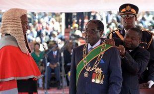 Au pouvoir depuis déjà trente-trois ans, Robert Mugabe a été investi en grande pompe jeudi pour un nouveau mandat à la présidence du pays, faisant un pied de nez à ses opposants et aux Occidentaux qui ont contesté la validité des élections du 31 juillet.
