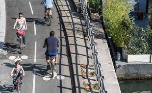 Berge de la Seine dans le XVI e arrondissement. Nouveaux amenagements pour les cyclistes avec deux voies nouvelles.