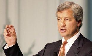 """Le PDG de la banque américaine JPMorgan Chase, Jamie Dimon, a traité vendredi de """"tempête dans un verre d'eau"""" le bruit fait par les prises de positions massives d'un trader français basé à Londres, Bruno Michel Iksil"""