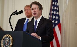 Le nouveau juge de la Cour suprême des Etats-Unis, Brett Kavanaugh, accompagné de Donald Trump lors de son discours.