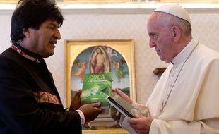 Le président bolivien Evo Morales en train d'offrir au pape François un livre sur la coca.