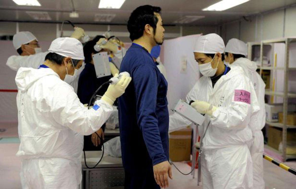 Un employé de Tepco subit un test de radiations après une intervention dans la centrale de Fukushima, le 20 février 2012. – Pool for Yomiuri/AP/SIPA