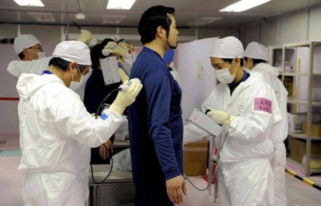 Un employé de Tepco subit un test de radiations après une intervention dans la centrale de Fukushima, le 20 février 2012.