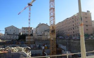 Marseille, le 2 fÈvrier 2015, des jeunes sont montÈs sur une grue d'un chantier Eiffage pour obtenir des emplois.