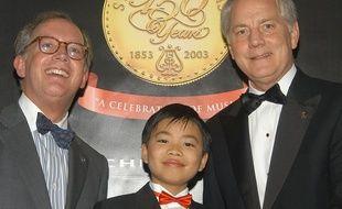 Kit Armstrong à 11 ans (centre) lors d'une remise de prix par la société   Steinway & Sons, en 2003, au Carnegie Hall à New York.