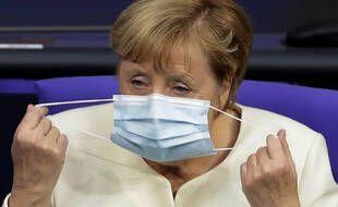 Angela Merkel revêtant un masque
