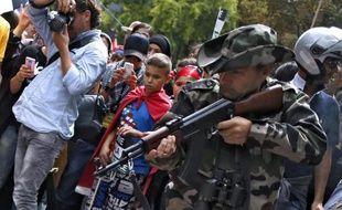 A Paris, samedi 9 aout 2014, un manifestant propalestinien pointe une kalachnikov qu'il affirme être factice et se livre à un simulacre d'exécution d'enfants. Une enquête préliminaire pour port d'armes a été ouverte dimanche
