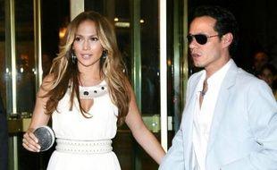 """Jennifer Lopez et son mari Marc Anthony au magasin """"Vamamay"""" de la Place d'Espagne à Rome, le 30 juillet 2009."""