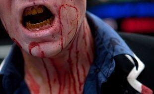 Un homme déguisé en zombie lors d'une marche dans le cadre de la série The walking dead, à New-York, en 2010.