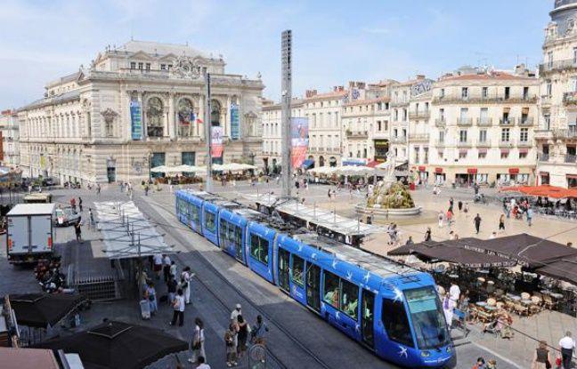 La ligne 1 du tramway; place de la Comédie.