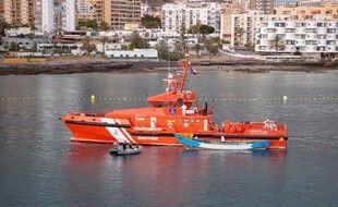Un bateau de secours à Tenerife, aux Canaries, avec une embarcation de migrants et migrantes, en avril. (archives)