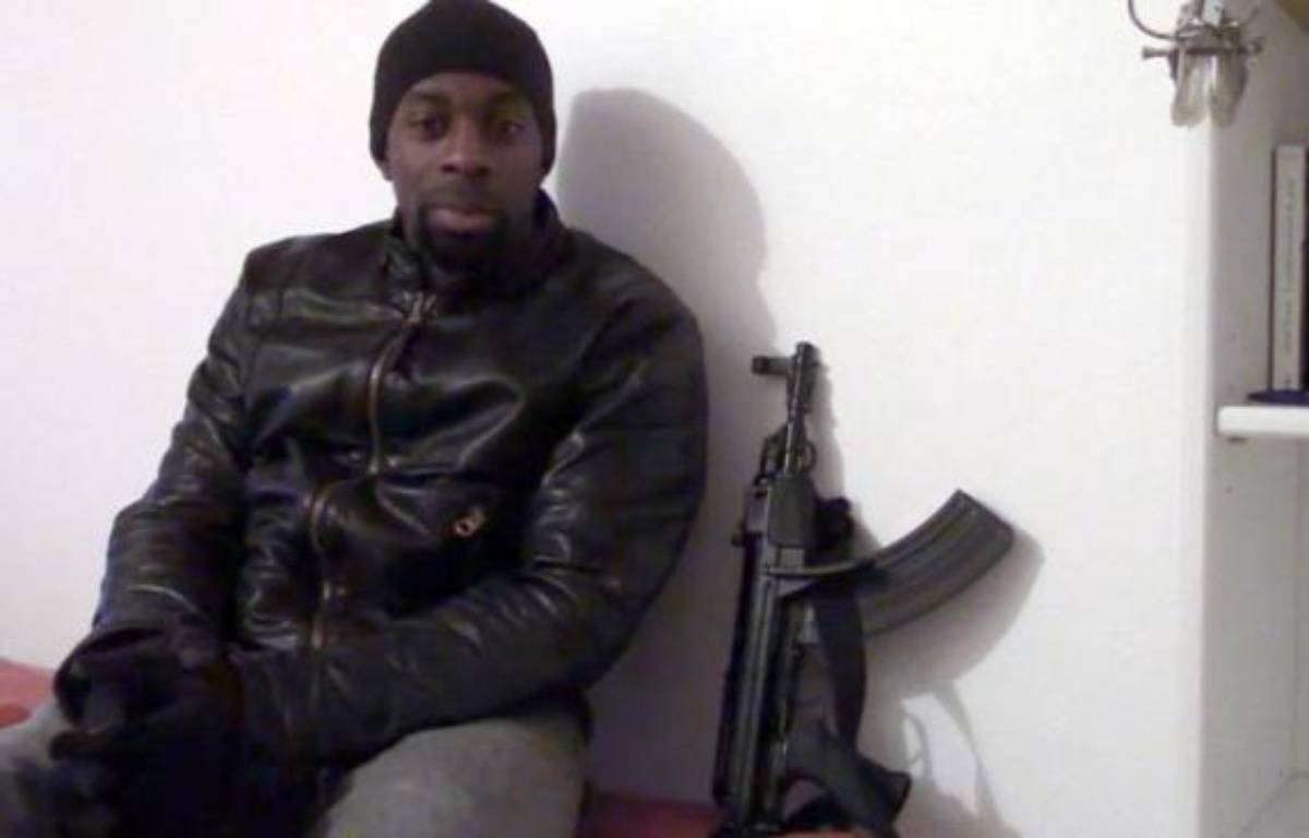 Capture d'écran d'une vidéo postée le 11 janvier 2015 sur les réseaux sociaux islamistes d'un homme se présentant comme Amedy Coulibaly – - Internet