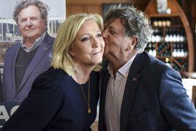 Marine Le Pen et Florent de Kersauson, tête de liste aux élections régionales dans le Morbihan. Ici à La Trinité-su-Mer le 6 mai 2021.