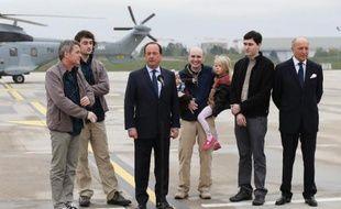 Le président Francois Hollande accueille quatre otages libérés de Syrie, dont Pierre Torrès (deuxième à droite), le 20 avril 2014 sur l'aéroport de Villacoublay, près de Paris