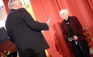 Le doyen de la clinique universitaire de Hambourg-Eppendorf (UKE), Uwe Koch-Gromus, remet à Ingeborg Syllm-Rapoport, 102 ans, son diplôme de doctorat, le 9 juin 2012 à Hambourg