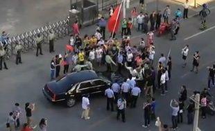 La vague de manifestations anti-japonaises en Chine a été encouragée par les autorités, a assuré jeudi l'artiste dissident Ai Weiwei, qui a filmé des manifestants s'en prenant à la voiture de l'ambassadeur des Etats-Unis, lui infligeant des dégâts mineurs mais obligeant le département d'Etat à réagir.