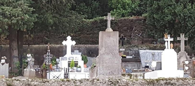 Des pierres tombales dans un cimetière de l'Hérault (illustration)