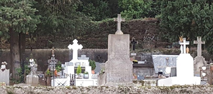Illustration de pierres tombales dans un cimetière de l'Hérault (illustration)