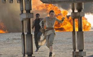 John Boyega et Daisy Ridley dans «Star Wars: Le Réveil de la Force».