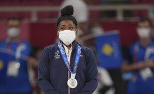 Sarah-Léonie Cysique reçoit la médaille d'argent de judo -57 kg aux JO de Tokyo.