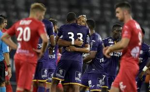 Les joueurs du TFC, ici Jean-Clair Todibo (33) dans les bras de John Bostock, ont dominé Nîmes en Ligue 1 (1-0), le 25 août 2018 au Stadium de Toulouse.