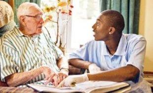 Des ados jouent les bénévoles dans une une maison de retraite.
