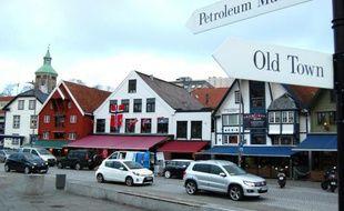 Un paneau de signalisation indiquée le musée du pétrole au centre de Stavanger en Norvège, le 12 novembre 2015