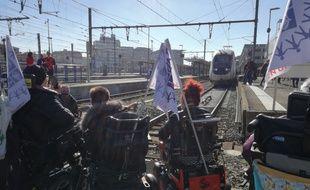 Plusieurs membres du Collectif Inter Associatif du Handicap de Haute-Garonne ont manifesté sur les voies de la SNCF pour demander une mise en accessibilité de la gare Matabiau.