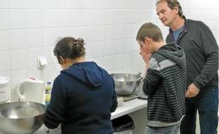 Atelier crêpes au programme pour ces deux jeunes accueillis à l'internat de respiration.