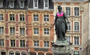 Lille, le 10 octobre 2017. A l'occasion d'octobre rose, journee de la lutte contre le cancer du sein, les commercants du centre ville et l'ecole ESMOD ont pare la deesse d'un soutien gorge rose.